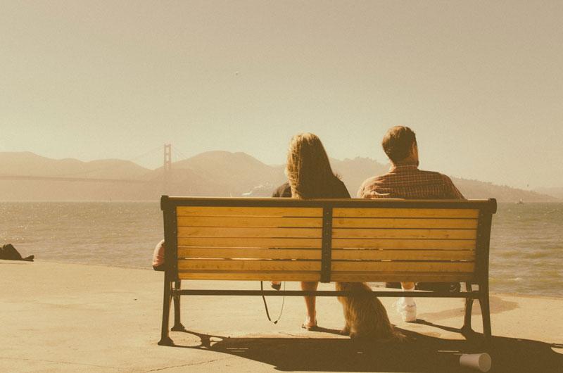 Paar auf einer Sitzbank