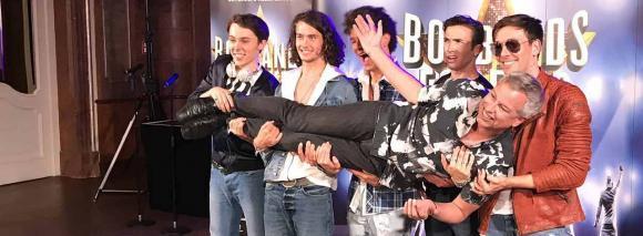 Der Cast von Boybands Forever trägt Thomas Hermanns