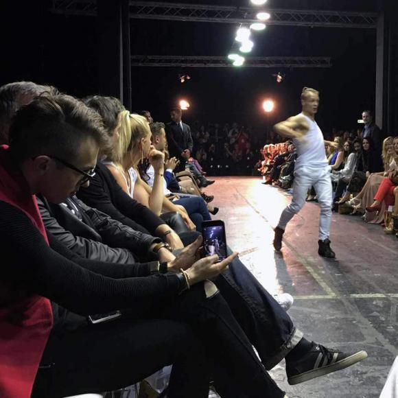 Chris Hanisch in der 1. Reihe und Emil auf dem Catwalk - Secret Fashion Show Vol. 5